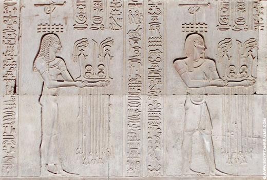 Relief van offers op een muur van de Kom-Ombo Tempel.