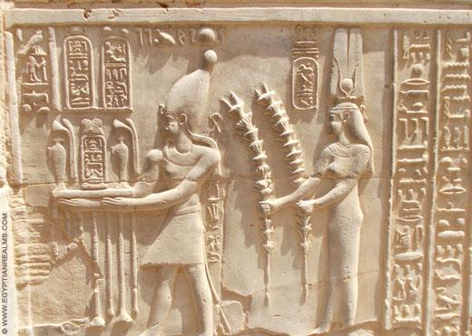 Oud-Egyptisch relief van offers die worden aangeboden.