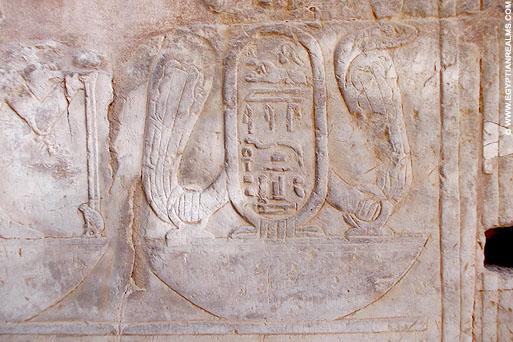 Relief van Uadjet op een muur van de Kom-Ombo tempel.