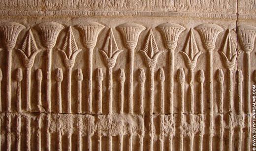 Relief van Lotusplanten op een muur van de Edfu Tempel.