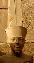 Beeld van Amun in de Tempel van Karnak.