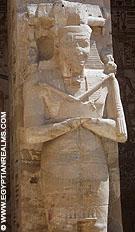 Beeld van Ramses III in de tempel van Medinet Habu.