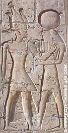 Farao Seti I met Ra-Horakhty afgebeeld op de Abydos tempel.