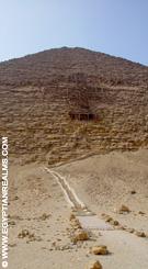 Bij de Piramide van Dashur.