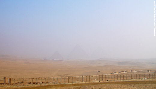 Piramides van Giza in de ochtendmist.