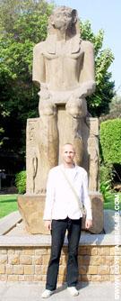 Beeld van Pharaoh in de tuin van het museum.