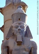 Beeld van Ramses II in de Luxor Tempel.