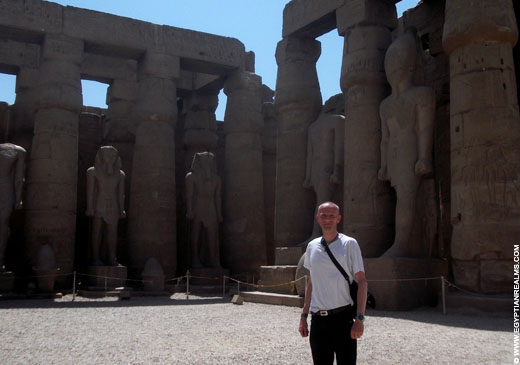 R. Bloom in de Luxor Tempel in Egypte.