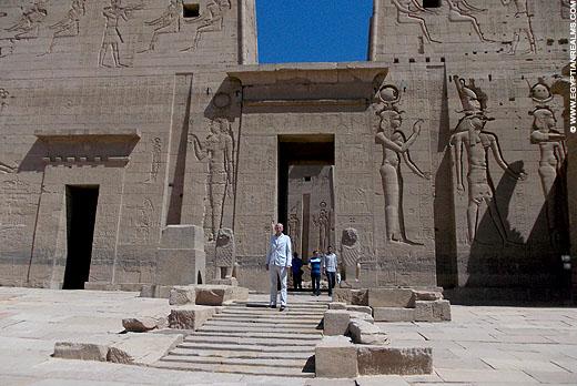 Voor de tempel van Philae in Egypte.