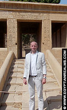 R. Bloom in het openlucht museum van de Karnak Tempel.
