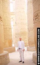 Tussen de pilaren van de Karnak Tempel.