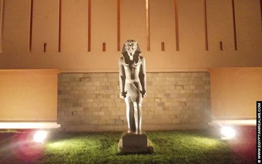 Beeld voor het Luxor Museum.