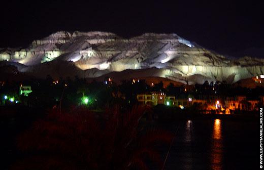 Westbank van Luxor in de avond.