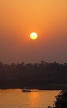 Ondergaande zon boven de westbank van Luxor.
