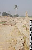 Op het terrein van de Medamut Temple.