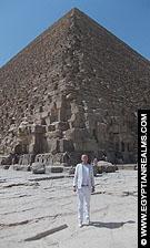 R. Bloom voor de grote piramide van Cheops.