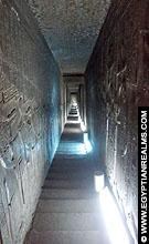 Lange trap in de Dendera Tempel.