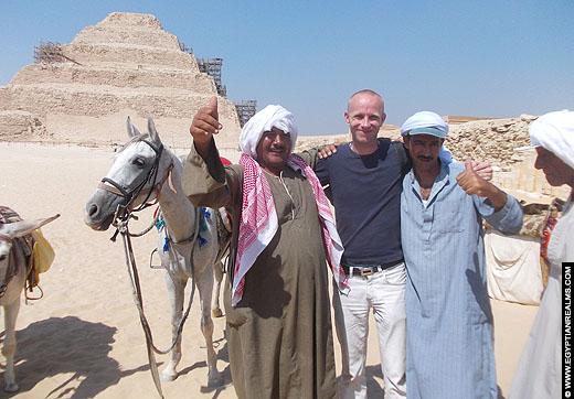 Op de foto met Egyptenaren bij Saqqara.