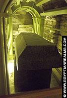 Gigantische sarcofaagkisten in het Serapeum.