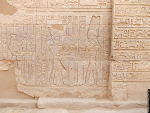 Relief van Mentu op een muur