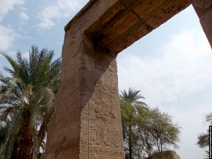 Reliefs op een grote poort