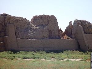 Grote muur om de Dendera tempel