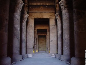 Zaal met pilaren in de Dendera tempel