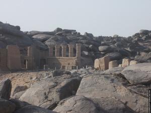 Restanten naast de Kalabsha Tempel