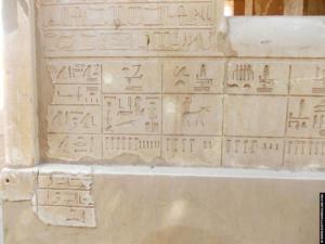 Hierogliefen links van de kapel