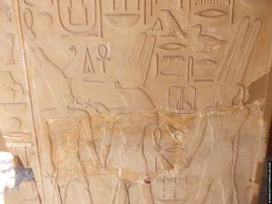 Sesostris met Horus en Amun