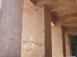 Vele hierogliefen op de pilaren