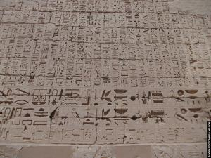 Hierogliefen op de Habu tempel