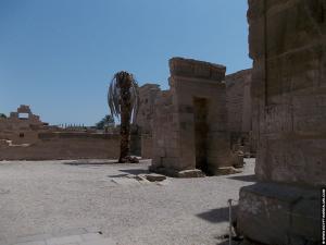 Op het terrein van de tempel