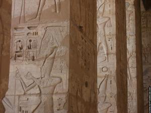 Reliefs op pilaren van de tempel