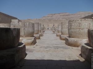 Zaal met pilaren in de tempel