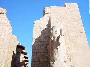 Beeld bij een poort in de Karnak Tempel