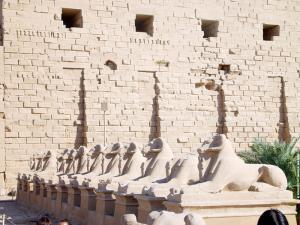 Beelden van de Ram voor de Tempel