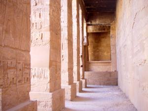 Gang in de Karnak Tempel