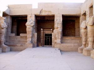 Hof met beelden in de Karnak Tempel