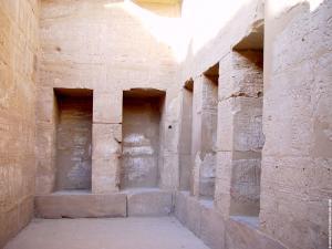 Vetrek met nissen in de Karnak Tempel