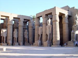 Grote beelden in de Luxor Tempel