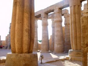 Hof met pilaren in de Tempel