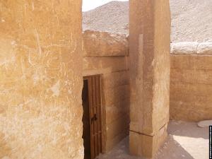Dodentempel naast de piramide