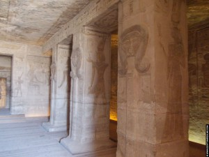 Hypostyle hal in de tempel van Nefertari
