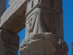 Hathor afgebeeld boven een pilaar