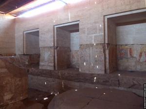 Nissen in een vertrek van de tempel