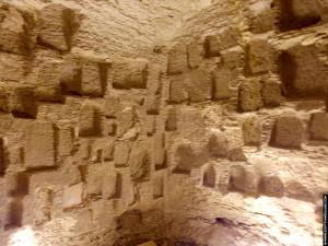 Nissen in de muren van het Serapeum